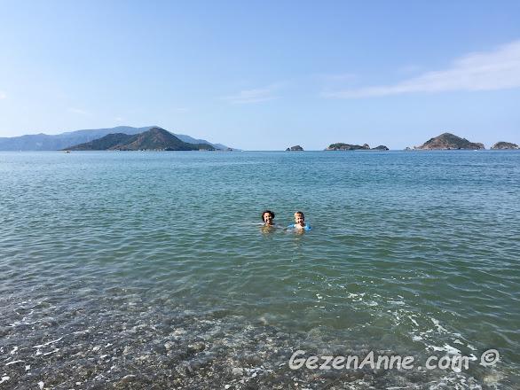 sabah saatlerde sakin olan denizde oğlumla birlikte yüzerken, Yonca Lodge Karaot plajı Yanıklar Fethiye