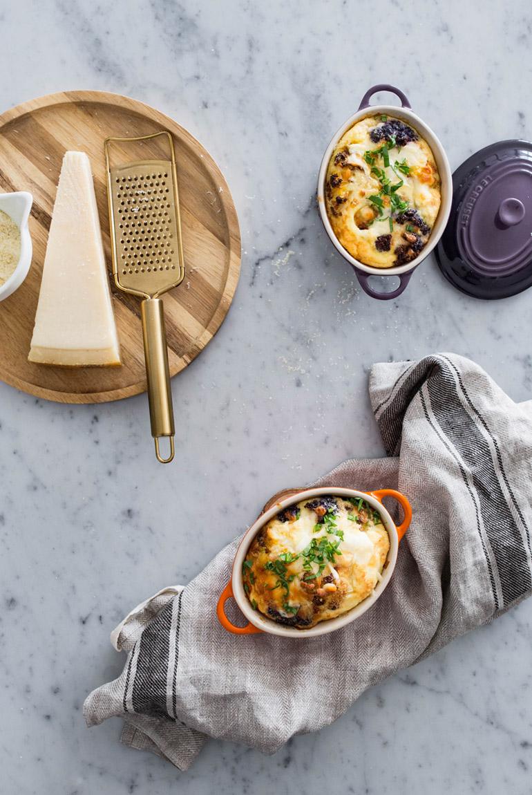 frittata-coliflor-amarilla-morada-en-cocotte-individual-queso-parmesano-rallador