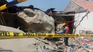 rumah warga dihujani batu raksasa