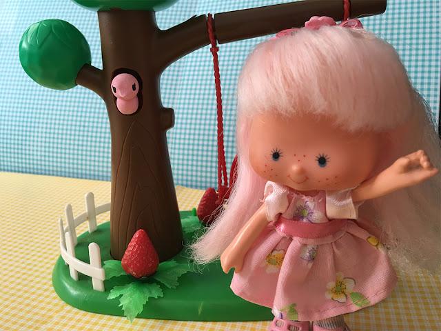 Boneca Rosinha (da coleção Moranguinho) com Balancinho e roupa nova
