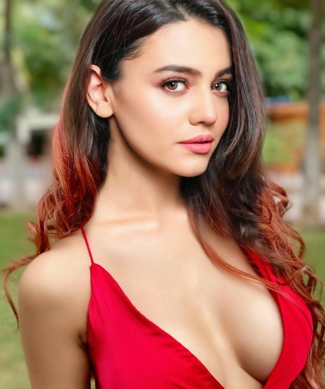 Zara Noor Abbas Hot Pics