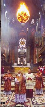 L'Arciprete mons. Manganini celebra il rito del faro in Duomo. Il diacono è l'attuale Arcivescovo di Milano, mons. Delpini.