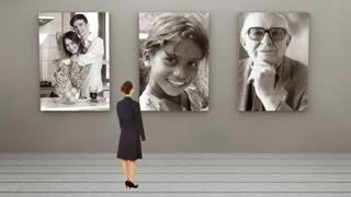 写真家の展覧会で特大キャンバスに印刷されたポートフォリオを眺める女性のイメージ