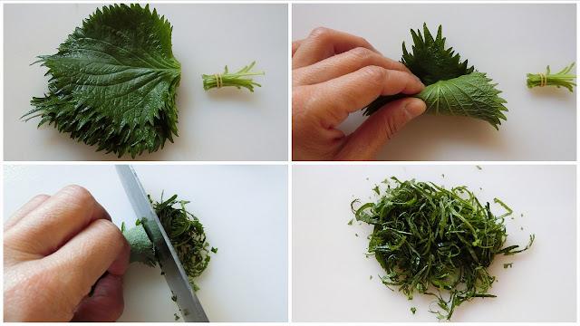 青じその茎とかたい葉脈を取り除き、クルクル丸めたら端から細く切っていきます。 切ったら使う時までキッチンペーパーで軽く包み、余分な水分を取り除いておきます。