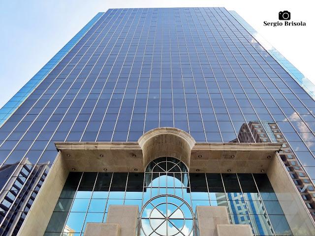 Perspectiva inferior da fachada do edifício Morumbi Office Tower - Jardim das Acácias - São Paulo