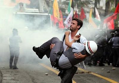 Resultado de imagem para policiais feridos em manifestações