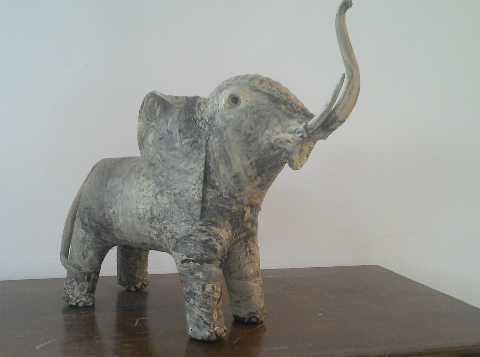 ancien l phant sculpture oeuvre d 39 art africain en bois ancient elephant. Black Bedroom Furniture Sets. Home Design Ideas