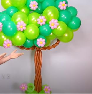 Baum mit Blüten aus Luftballons modelliert.