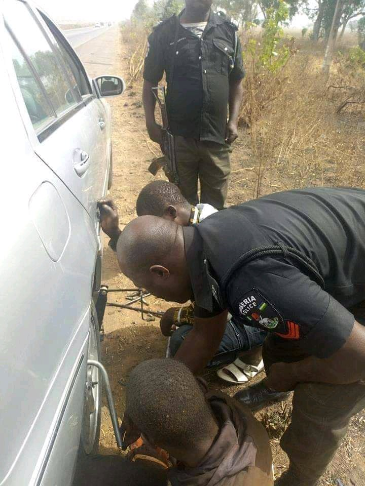 Rare Images of Police Helping A Man Fix His Car In A Bush