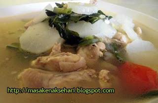 Ciri khas hidangan soto Bandung biasanya yaitu berkuah bening dengan penggunaan lobak Resep Soto Bandung Daging Ayam