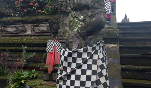 Patung yang rusak di Pura Mandara Giri Semeru Agung.