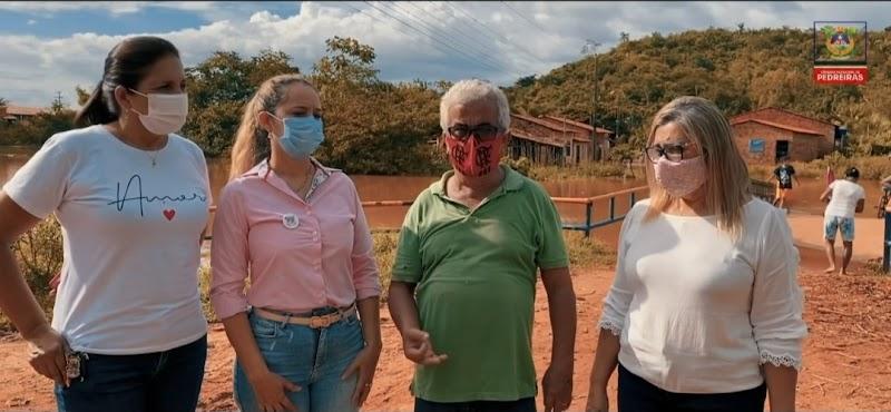 Vereadoras Marly Tavares, Iaciaria Rios e Valdete Cruz observam de perto situação da enchente no bairro Matadouro em Pedreiras.
