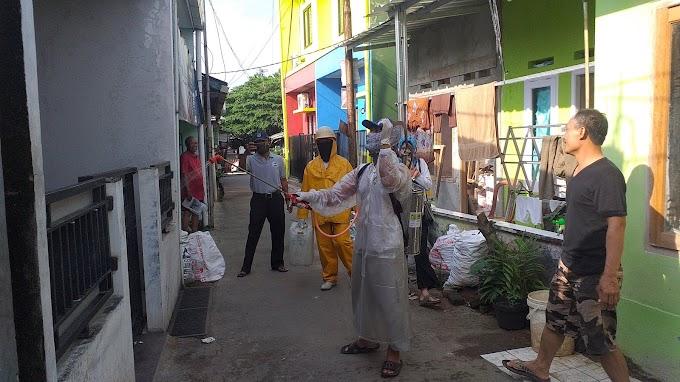 Warga Kemiri Jaya Semprotkan Disinfektan Secara Mandiri