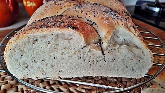 Pan trenzado con semillas de amapola