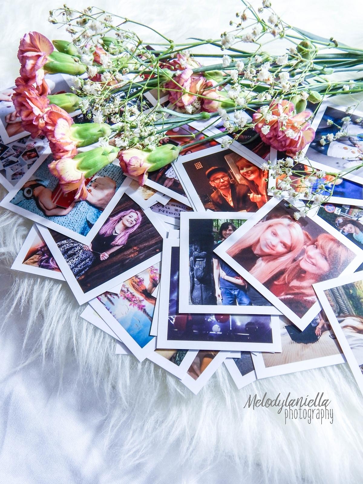 socialdruk kwadraty wywolywanie zdjec z instagrama polaroid wywolywanie fotografia pomysl na prezent nietypowe kwadratowe zdjecia w bialych ramkach duze kwadraty male kwadraty printy zdjecia