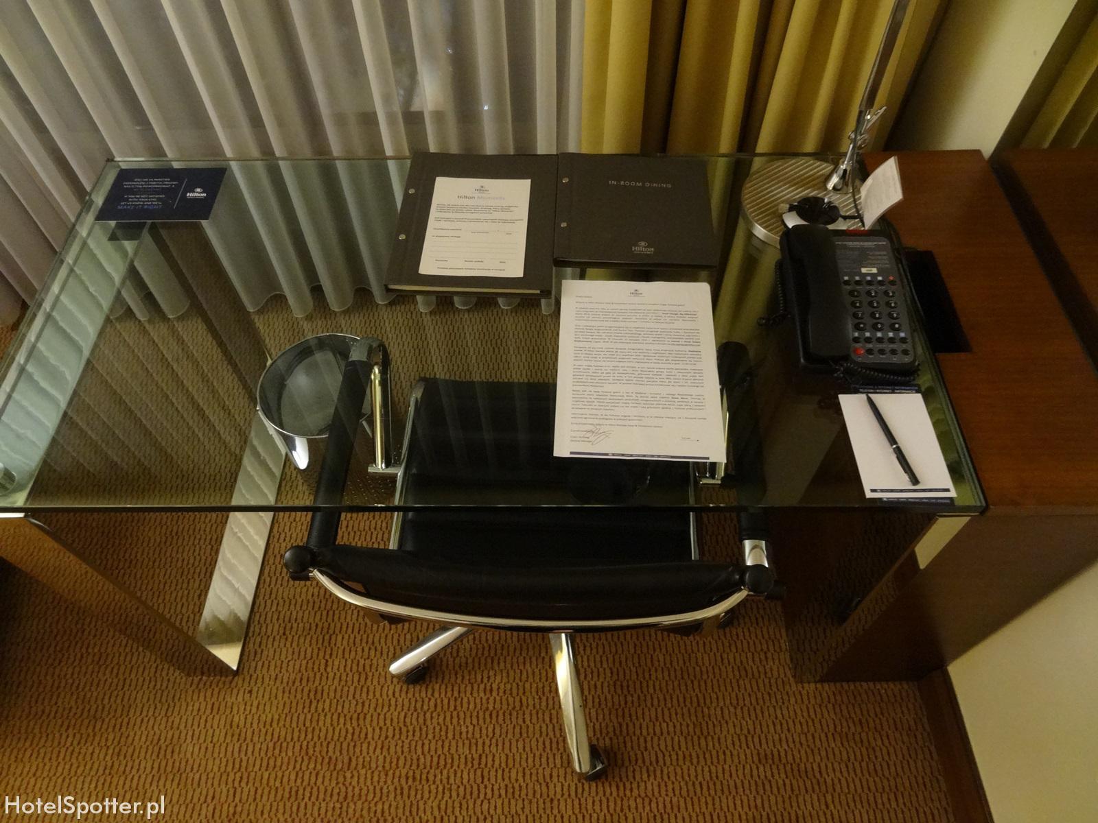 Hilton Warsaw Hotel - przezroczyste biurko