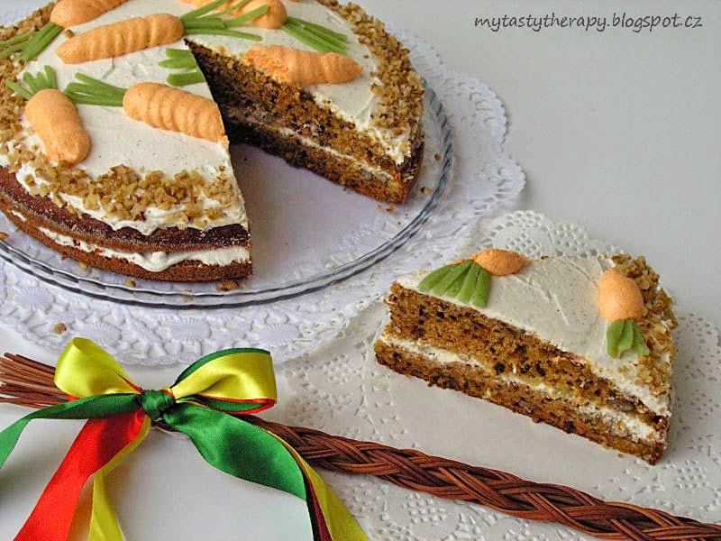 mrkvový dort ozdobený ořechy a mrkvemi z krému