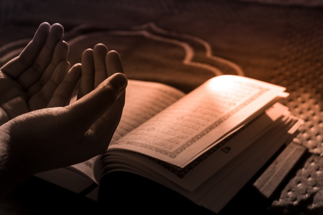Foto berdoa & kitab suci Al-Quran