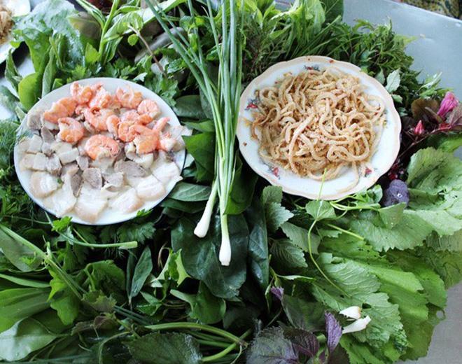 Gỏi lá Kon Tum không thể thiếu thịt heo, tôm và bì lợn.