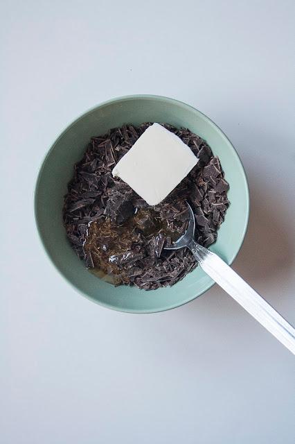 Rose del deserto al cioccolato, i dolcetti con corn flakes senza cottura step 2