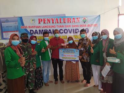 Kelompok KKN 291 Unimal Menjadi Panitia Pembagian BLT di Gampong, Serta Bagikan Masker Kepada Warga