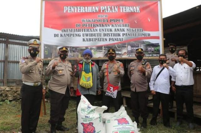 Eko Rudi Sudarto Serahkan Pakan dan Bibit Ternak Babi Bantuan Pemkab Paniai ke Kepala Suku