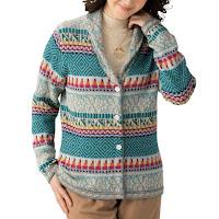 ニットが暖かい理由 暖かいアルパカニットを着ている女性
