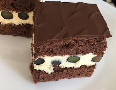 Ciasto czekoladowe przełożone kremem i borówkami