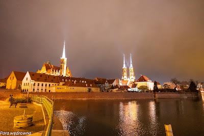 W drodze na Ostrów Tumski: z lewej kościół NMP na Piasku, z prawej katedra