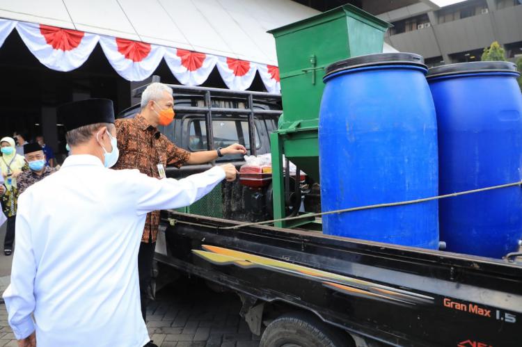 Ganjar Serahkan Bantuan Baznas Jateng untuk RS Rujukan Covid-19 dan Pondok Pesantren