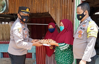 Polsek Pugung Salurkan Baksos Bhayangkari di Pekon Sumanda
