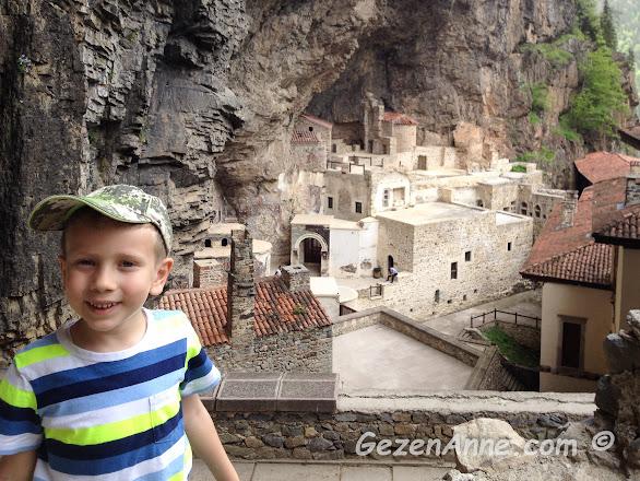 neredeyse bir köy büyüklüğündeki Meryem Ana Sümele manastırının içi, Maçka Trabzon