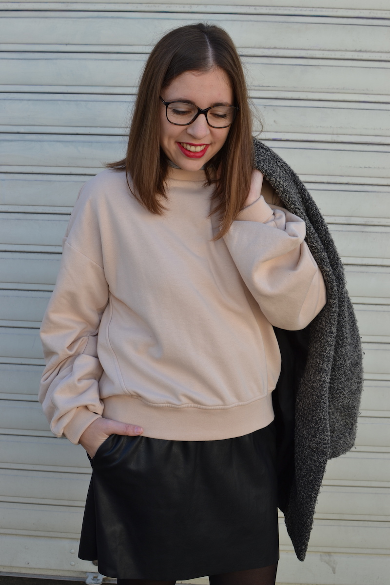 manteau gris chiné H&M, jupe simili cuir Zara, sweat rose H&M