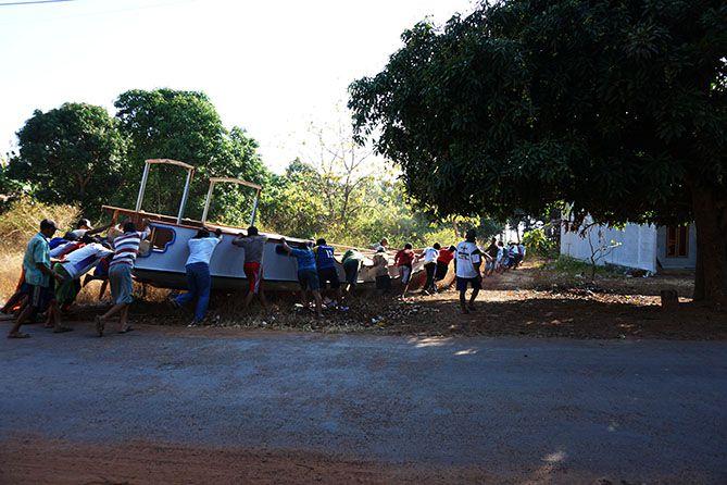 Beramai-ramai mendorong kapal