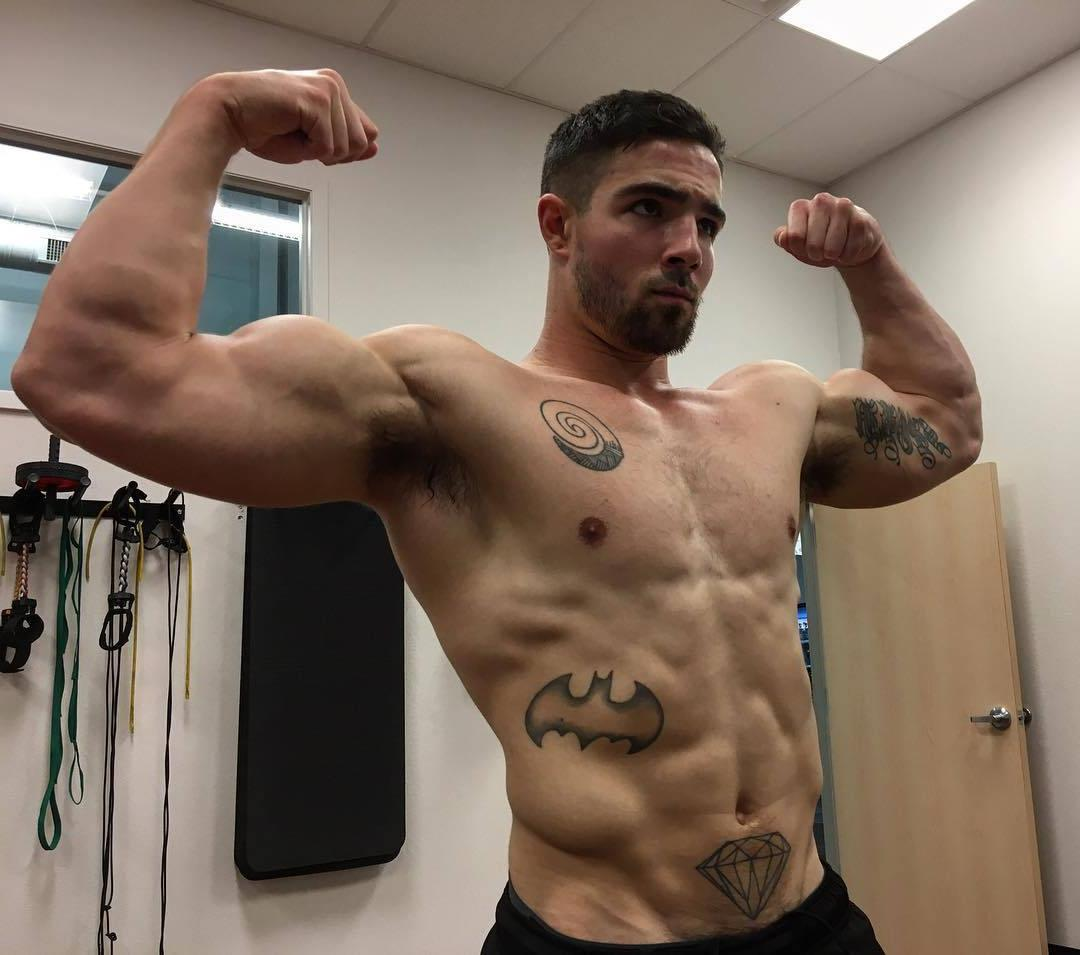 shredded-body-barechest-masculine-daddy-muscle-biceps-handsome-face-naughty-grindr-dilf-pics-batman-tattoo-symbol