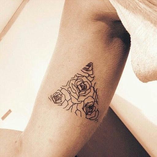 Essa tatuagem, proferida em tinta preta, mostra um cluster de rosas representados dentro de um triangular vinheta no interior do utente no braço direito. O que realmente faz esta tatuagem destacar é o artista intencional evitar o uso de uma estrutura de tópicos. O observador é, em vez atraídos para as imagens dentro da vinheta e não a linha de enquadramento.