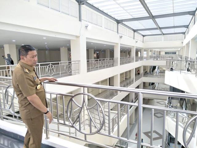 Walikota Bukittinggi, Ramlan Nurmatias melihat kondisi Pasar Ateh, Bukittinggi yang sudah dibangun 100 persen