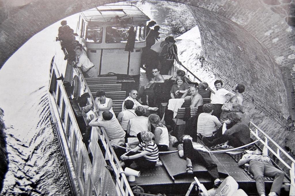 Statek przejeżdżający pod jednym z mostów, Kanał Elbląski