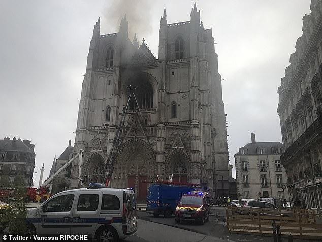 Đám cháy sau khi được dập tắt tại nhà thờ ở Nantes Pháp