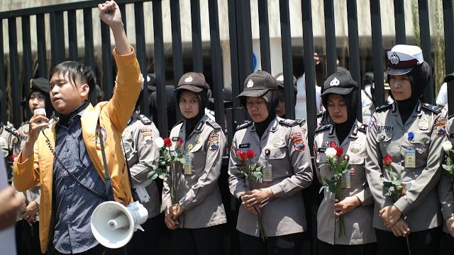 Raut Wajah Para Polisi Ketika Bunganya Ditolak Mahasiswa