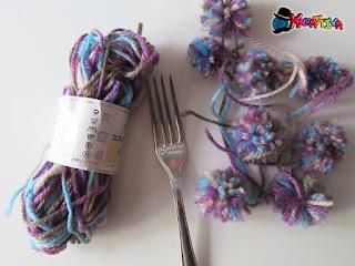pompon di lana realizzati con una forchetta