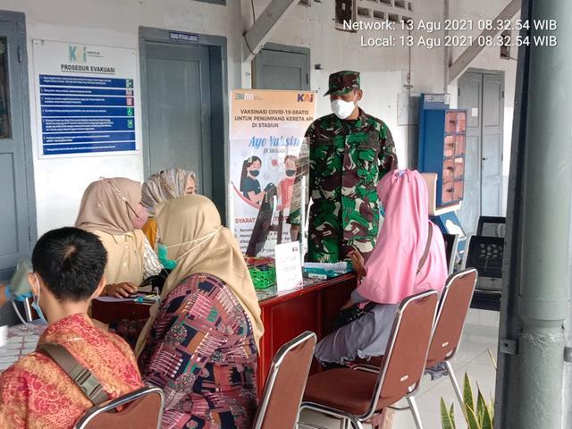 Danramil 06/Kisaran Bersama Babinsa Jajaran Kodim 0208/Asahan Laksanakan Pendampingan Vaksinasi