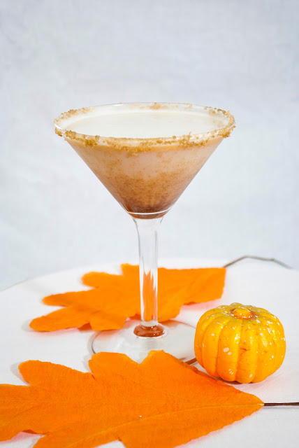 pumpkin pie martini, pumpkin cocktail, halloween cocktail, fall cocktail, autumn cocktail, vanilla vodka, pumpkin puree, half & half, brown sugar, pumpkin pie spice, thanksgiving cocktail