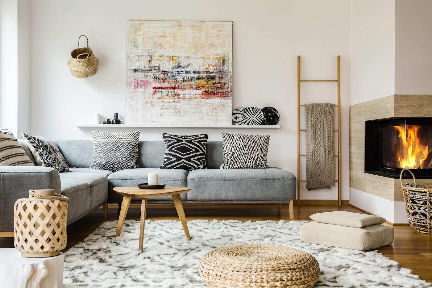 Mesa de centro de madera con sofá bajo en color gris