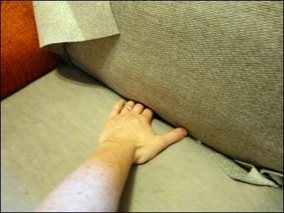 prendendo o tecido no braço sofa