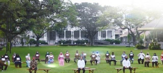 Presiden Joko Widodo Memberikan Bantuan Kepada UMKM Yang Terdampak Akibat Covid 19