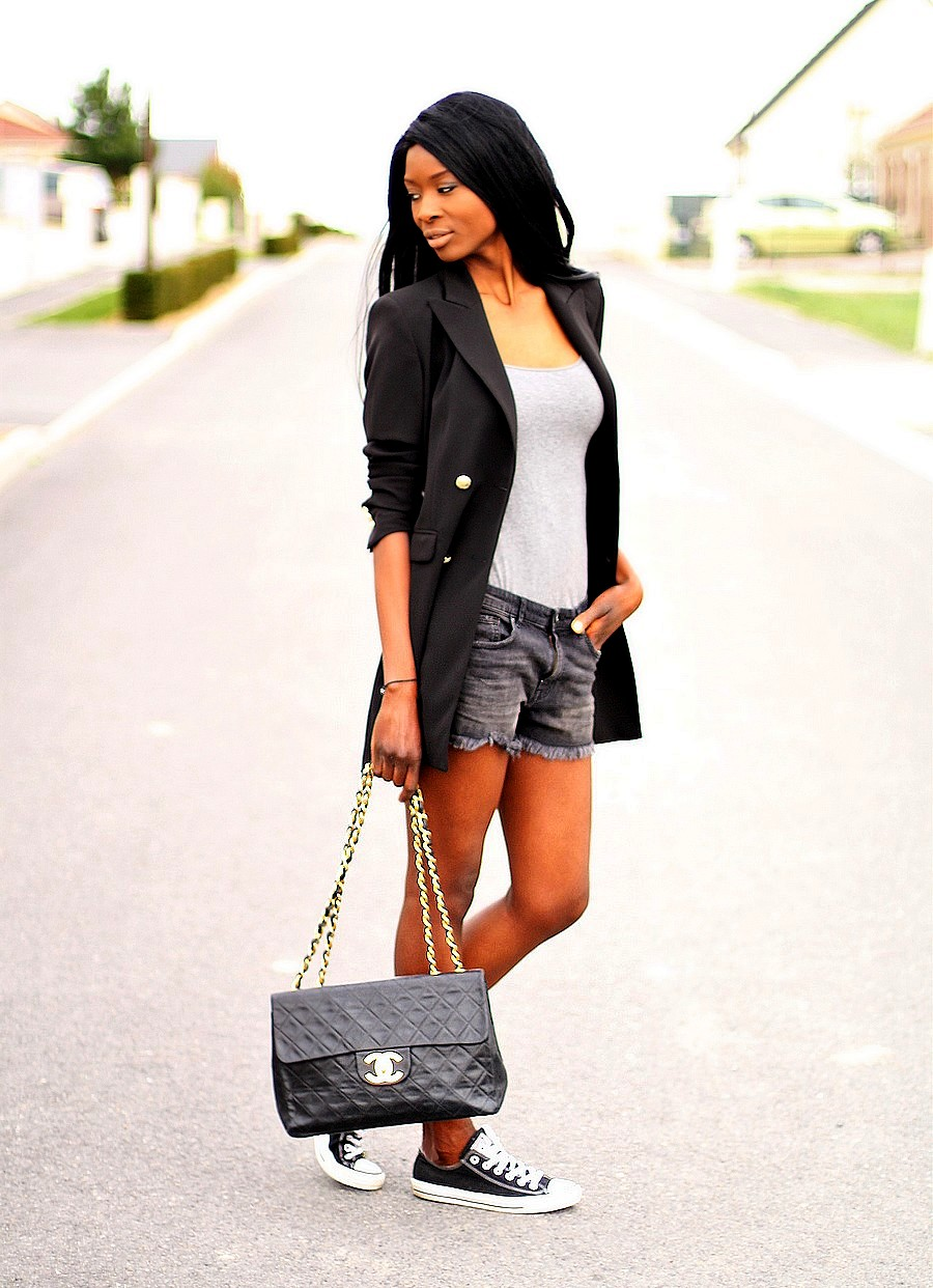 sac-chanel-maxi-jumbo-vintage-denim-shorts-long-blazer-converse-sneakers