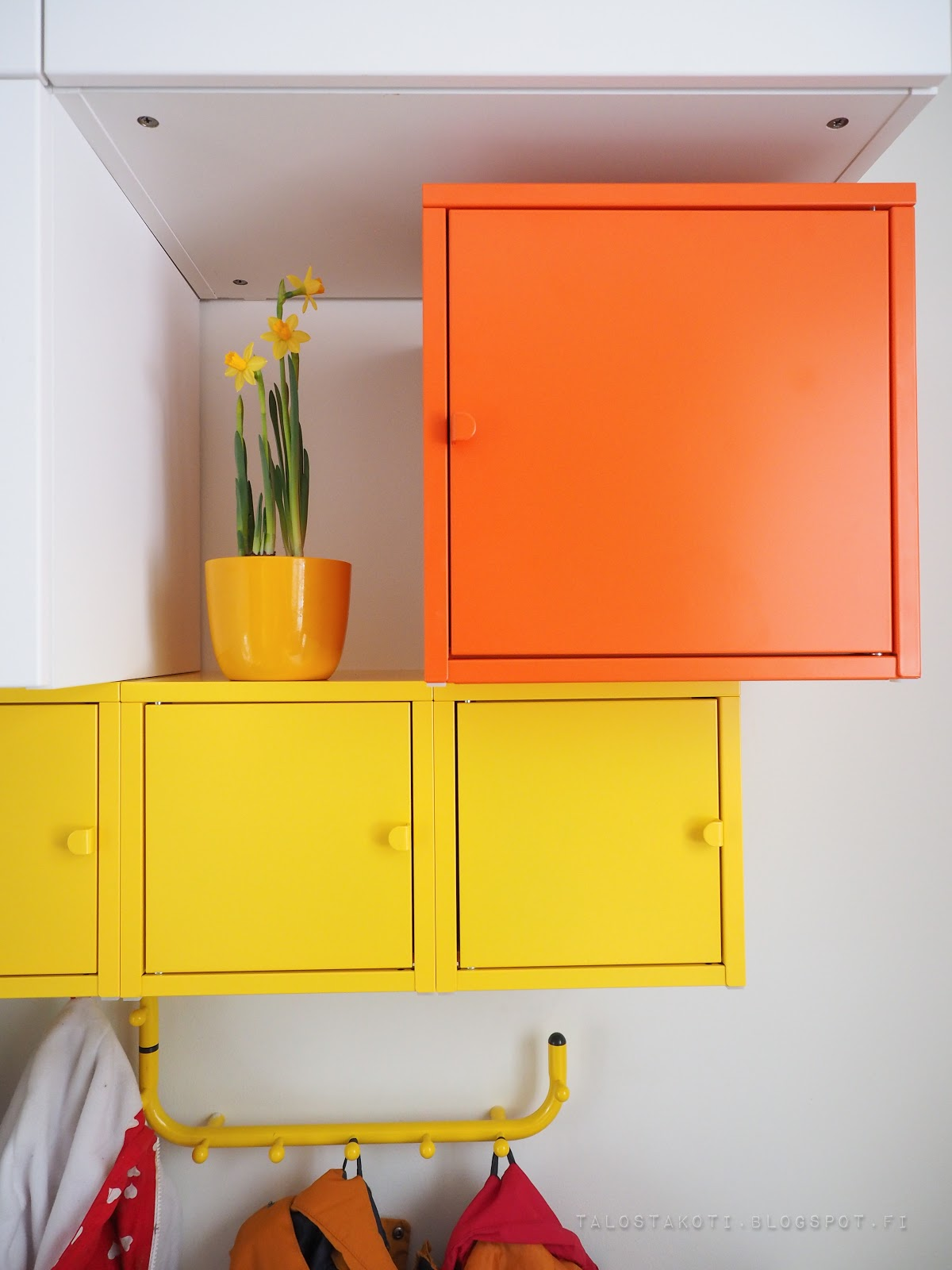 Ikea, peltikaappi, naulakko