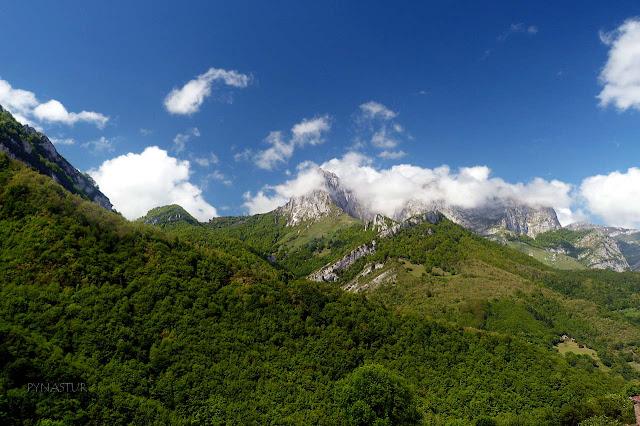 Valle de Ponga con el Pico Tiatordos al fondo - Asturias