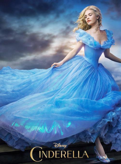https://1.bp.blogspot.com/-vU4408N0Bgg/VwxdCdcGjmI/AAAAAAAAMGk/jB4RfiTxo3YFQgLF5Pd10nhuEMkTTOViQCLcB/s1600/Cinderella2015%2Bposter%2Brunning.jpg